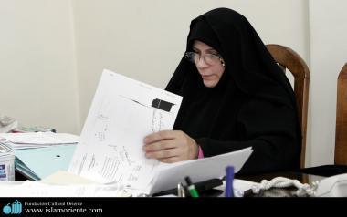 مسلمان خاتون آفیس میں اسلامی حجاب کے ساتھ اپنے کاموں میں مصروف