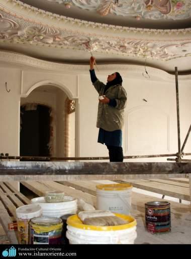 Mulher muçulmana em um trabalho de decoração