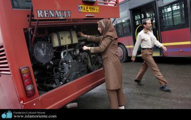 مسلمان خاتون اور حجاب - ایرانی خواتین مشکل کاموں میں شریک