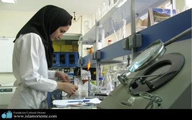 مسلمان خاتون حجاب کے ساتھ کام پر حاضر - ۲