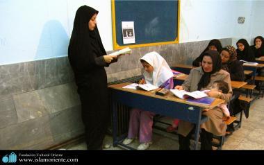 Femmes musulmane et sa participation dans les activités sociales. Une femme muslmane institutrice dans la salle de classe - 19