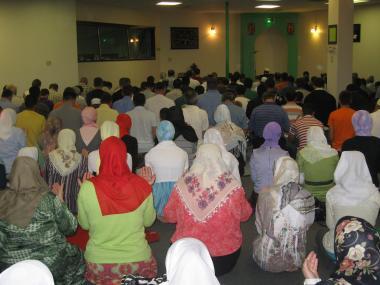 مسلمان خواتین اور حجاب - ماہ رمضان کے اعمال میں خواتین شریک اسلامی حجاب میں