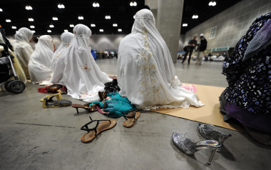 Mujeres durante la oración