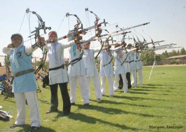 Mujeres practicando tiro con arco - mujer musulmana- muslim woman - 150