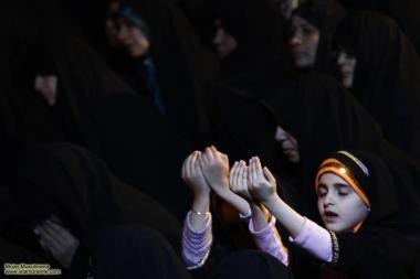 Menina muçulmana em demostração de fé