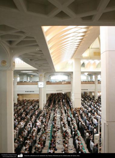 المعماریة الإسلامية - الصلاة الجماعية في الصحن الكبيرة من الإمام خميني (ره) - ضريح فاطمة المعصومة (س) في مدينة قم المقدسة