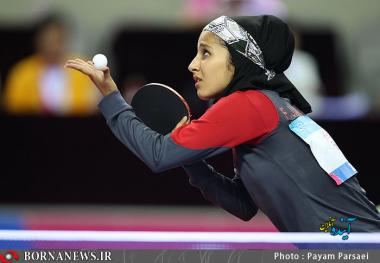 زنان مسلمان و حجاب اسلامی - زن مسلمان با حفظ حجاب اسلامی در حال ورزش پینگ پونگ