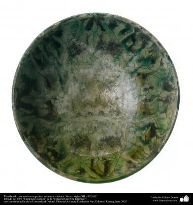 Plat de motifs végétaux; la poterie islamique, la Syrie - XIIe siècles treizième AD. (96)