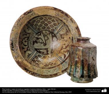 Plato hondo y vasija con motivos vegetales; Cerámica Islámica, Siria –  siglo XIII dC. (36)