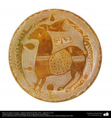 الفن الاسلامی - صناعة الفخار و السيراميك الاسلامیة - طبق مع نقوش الحصان - العراق - والقرن التاسع و العاشر الميلادي