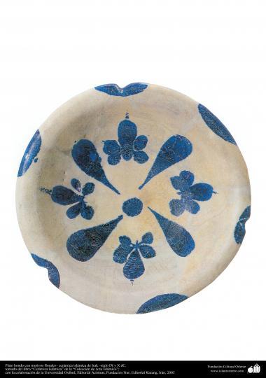 Plato hondo con motivos florales– cerámica islámica de Irak –siglo IX y X dC.