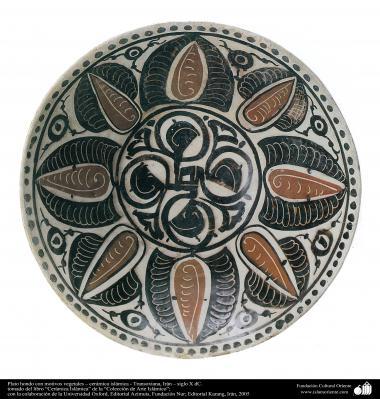 هنر اسلامی - سفال وسرامیک اسلامی - بشقاب با نقوش گل و گیاه - ماوراءالنهر، ایران - AD X .