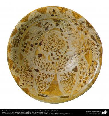 Art islamique - la poterie et la céramique islamique - Plaque de poterie  avec des motifs  symétriques et de fleurs et de plantes  - Irak - IX AD