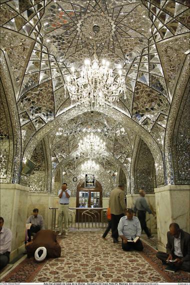 Peregrinos se dedicam a oração e leitura do alcorão Sagrado na sala Dar al-Izzah (a Casa da Glória) - Santuário do Imam Rida (AS) Mashad - Irã