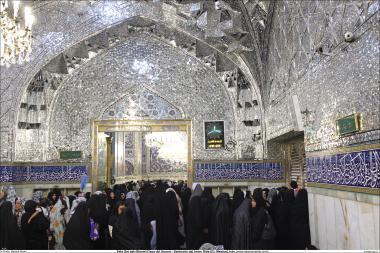 Activités religieuses de la femme musulmane, masse de femmes musulmane en prière de groupe dans la salle de miroir dans le sanctuaire de l'Imam Rida (a.s) a Mashad en Iran) - 72