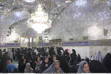 Activités religieuses de la femme musulmane, vue de la salle de miroirs dans le sanctuaire de l'Imam Rida (a.s) à Mashad en Iran - 71