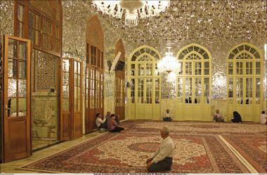 Peregrino fazendo a oração na Sala Dar az-Zuhd (Casa do ascetismo) Santuário do Imam Rida (AS) - Mashad Irã