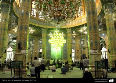 Fíeis realizando a oração no interior da mesquita de Jânkaram em Qom, Irã