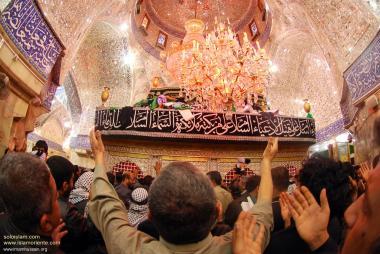 Santuário Hazrat Abalfadl Al-Abbas (AS) e seus peregrinos emocionados por estarem ali. Karbala