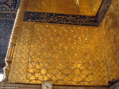 Einer der Wände des heiligen Schreins Imam Huseyns (a.s.), dekoriert mit Gold und islamischer Kalligraphie - Die Stadt Karbala in Irak - Foto