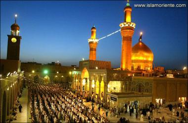 Santuário do Imam Hussein (AS) com seus peregrinos a realizarem a oração na cidade Santa de Karbala, Iraque