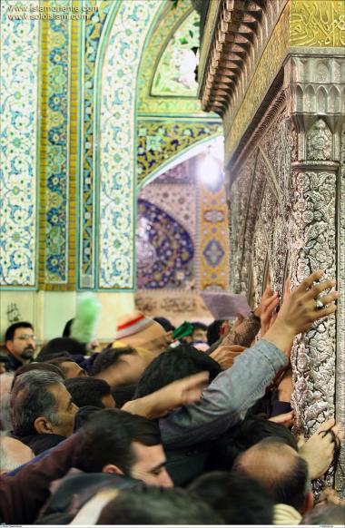 Peregrinos fazendo a visitação ao Santuário do Imam Reda (AS) e fazendo súplicas em um ato de fé.