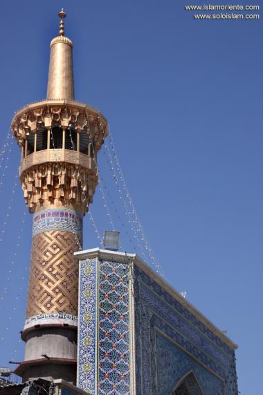 Einer der Minaretten des heiligen Schreins Imam Reza's - Die Stadt Maschhad in Iran - Imam Reza - Foto