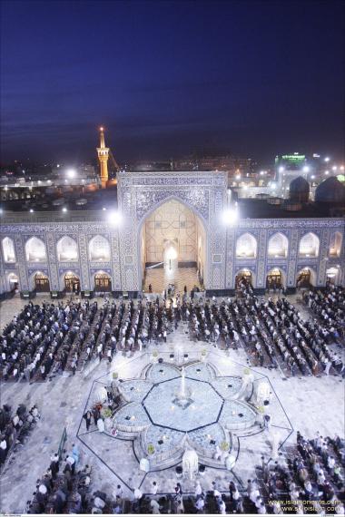 Muslime beten am Haupthof in Imam Reza`s heiligem Schrein in Maschhad - Iran - Foto