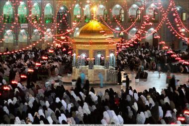 Peregrinos dentro do Santuário do Imam Rida (AS) fazendo oração