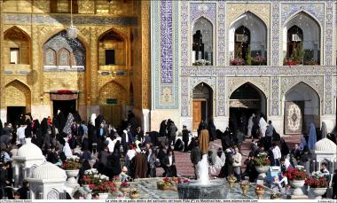 Peregrinos em visitação religiosa ao Santuário do Imam Rida (AS) em Mashad, Irã