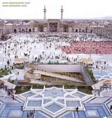 Uma vista de um dos pátios onde pode-se ter ideia da imensidão do Santuário do Imam Rida(AS), Mashad, Irã