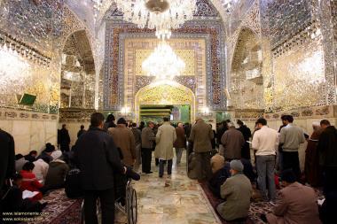 Imagem da bela arquitetura e decoração no interior do Santuário do Imam Reda (AS) onde seus peregrinos podem refletir com paz, orar, suplicar a Deus, O Todo Poderoso