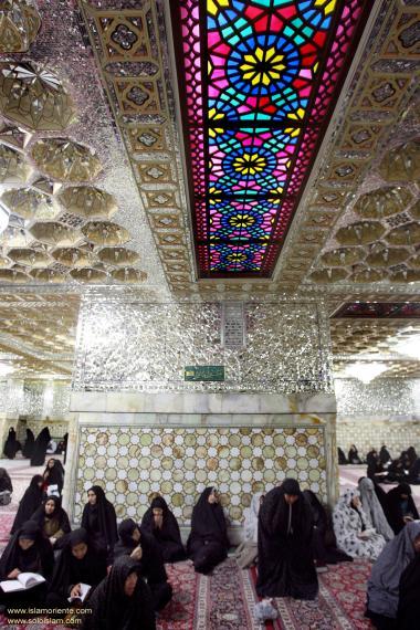 Umas das salas no interior do Santuário do Imam Rida (AS), onde mulheres realizam a leitura do Alcorão e fazem súplicas, Mashhad