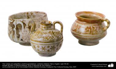 Drei Gefäße mit Kalligrafie und geometrischen Details - Islamische Keramik in Syrien oder Ägypten, XII. Jahrhundert n.Chr. - Islamische Kunst - Islamische Potterie - Islamische Keramik