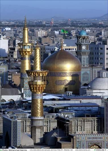 Uma vista da cúpula dourada e minaretes do Santuário do Imam Rida (AS) - Mashad, Irã