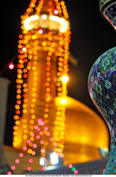 اسلامی معماری - شہر مشہد میں امام رضا (ع) کے روضہ کا منارہ اور گنبد ، ایران - ۲۵