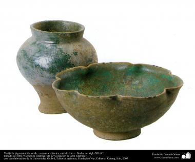 Vasija de pigmentación verde; cerámica islámica, este de Irán –  finales del siglo XII dC. (30)
