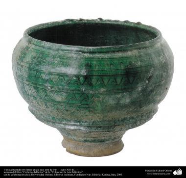 Vasija decorada con líneas en zic zac; este de Irán –  siglo XIII dC. (37)
