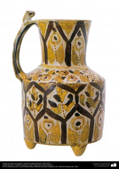Art islamique - la poterie et la céramique islamiques - Cruche avec des motifs de plantes -Irak  IX siècle.