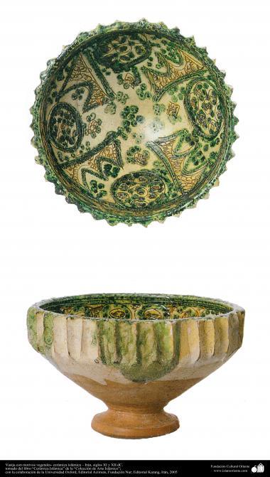 Vasija con motivos vegetales- cerámica islámica – Irán, siglos XI y XII dC.