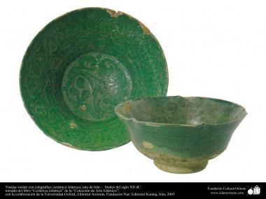 Vasijas verdes con caligrafías; cerámica islámica, este de Irán –  finales del siglo XII dC.