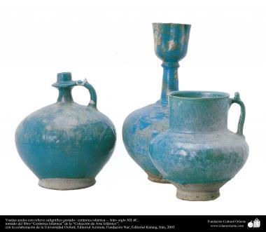 Vasijas azules con relieve caligráfico gastado– cerámica islámica –  Irán- siglo XII dC.