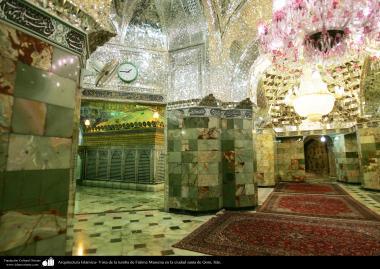 معماری اسلامی - نمایی کلی از سالن آینه وکاشی کاری شده در نزدیکی ضریح حضرت معصومه (س) در شهر مقدس قم
