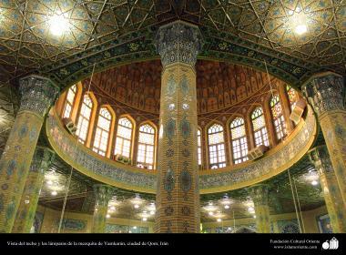 Vista del techo y las lámparas de la mezquita de Yamkarán, ciudad de Qom (4)