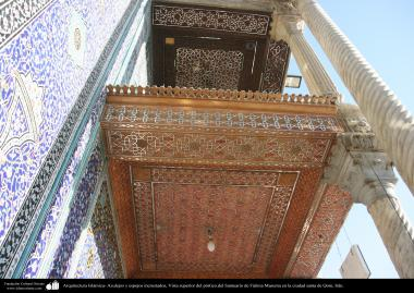 اسلامی معماری - شہر قم میں حضرت معصومہ (س) کے روضہ میں چھت کی فن آئینہ کاری سے سجاوٹ