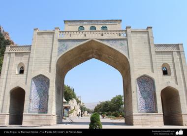 """Vista frontal da Darwaze Qoran - """"A porta do Alcorão"""" em Shiraz, Irã"""