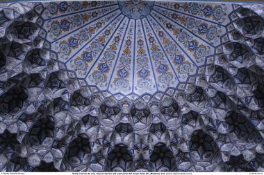 Vista interna de uma cúpula do Santuário do Imam Rida (AS) e muqarnas - Mashad, Irã