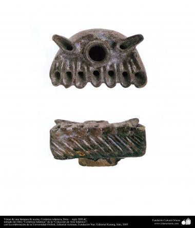 Vues d'une lampe à huile; La poterie islamique, la Syrie - XIII siècle après JC. (57)