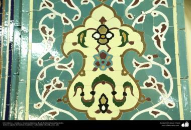 اسلامی معماری - شہر قم میں دارالحدیث کے تعلیمی ادارہ میں کاشی کاری (ٹائل) کا ایک نمونہ پہول پتی کی ڈیزاین میں، ایران - ۱۳