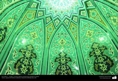 اسلامی معماری - شہر قم میں دارالحدیث کے تعلیمی ادارہ میں کاشی کاری (ٹائل) کا ایک نمونہ پہول پتی کی ڈیزاین میں، ایران - ۱۵